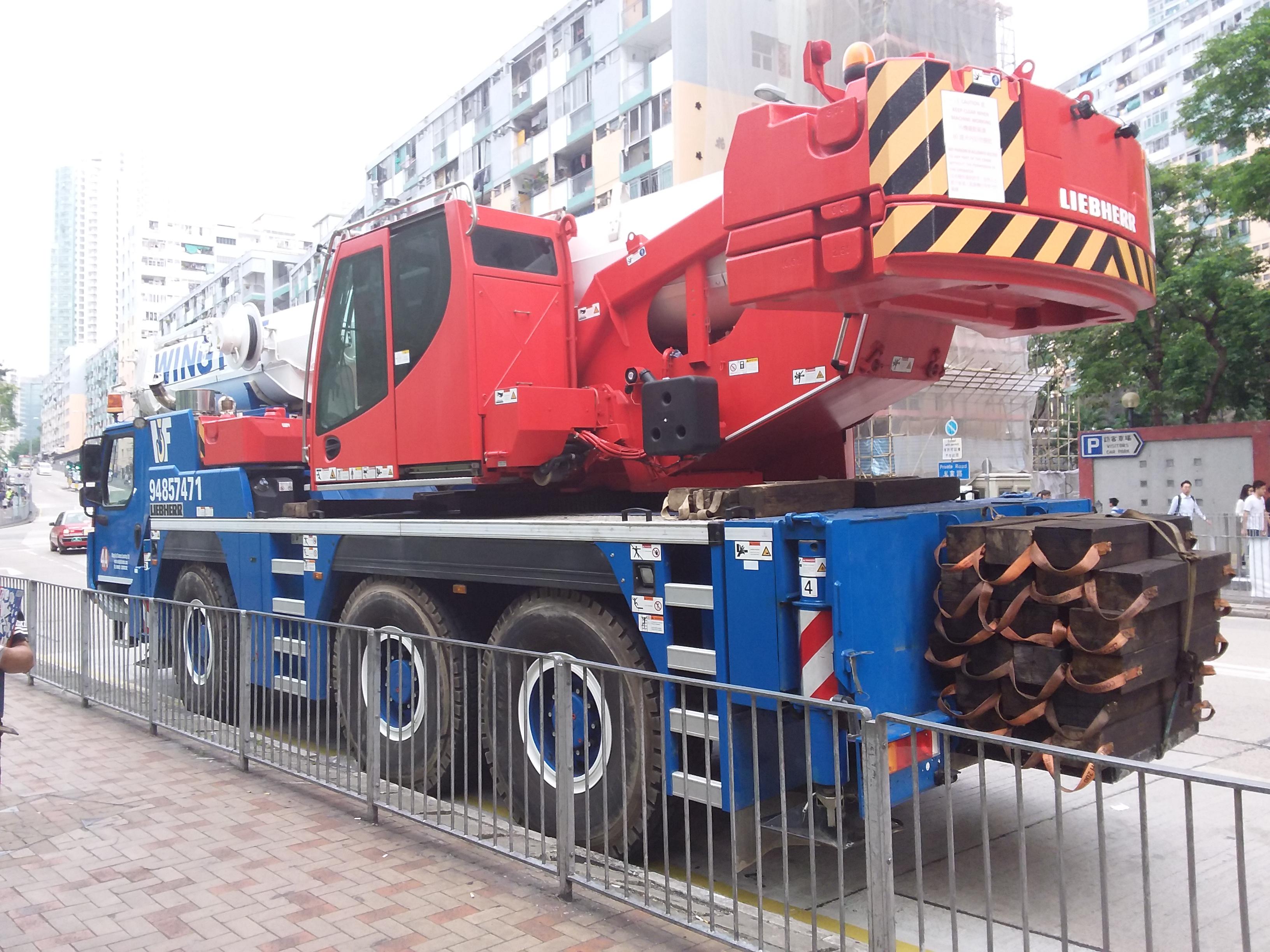 File:HK 牛頭角道 Ngau Tau Kok Road blue Liebherr crane truck