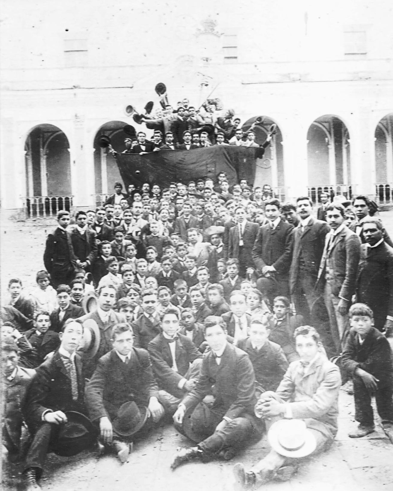 Estudiantes en la antigua Escuela de Derecho y Notariado aquel 1 de abril de 1903.