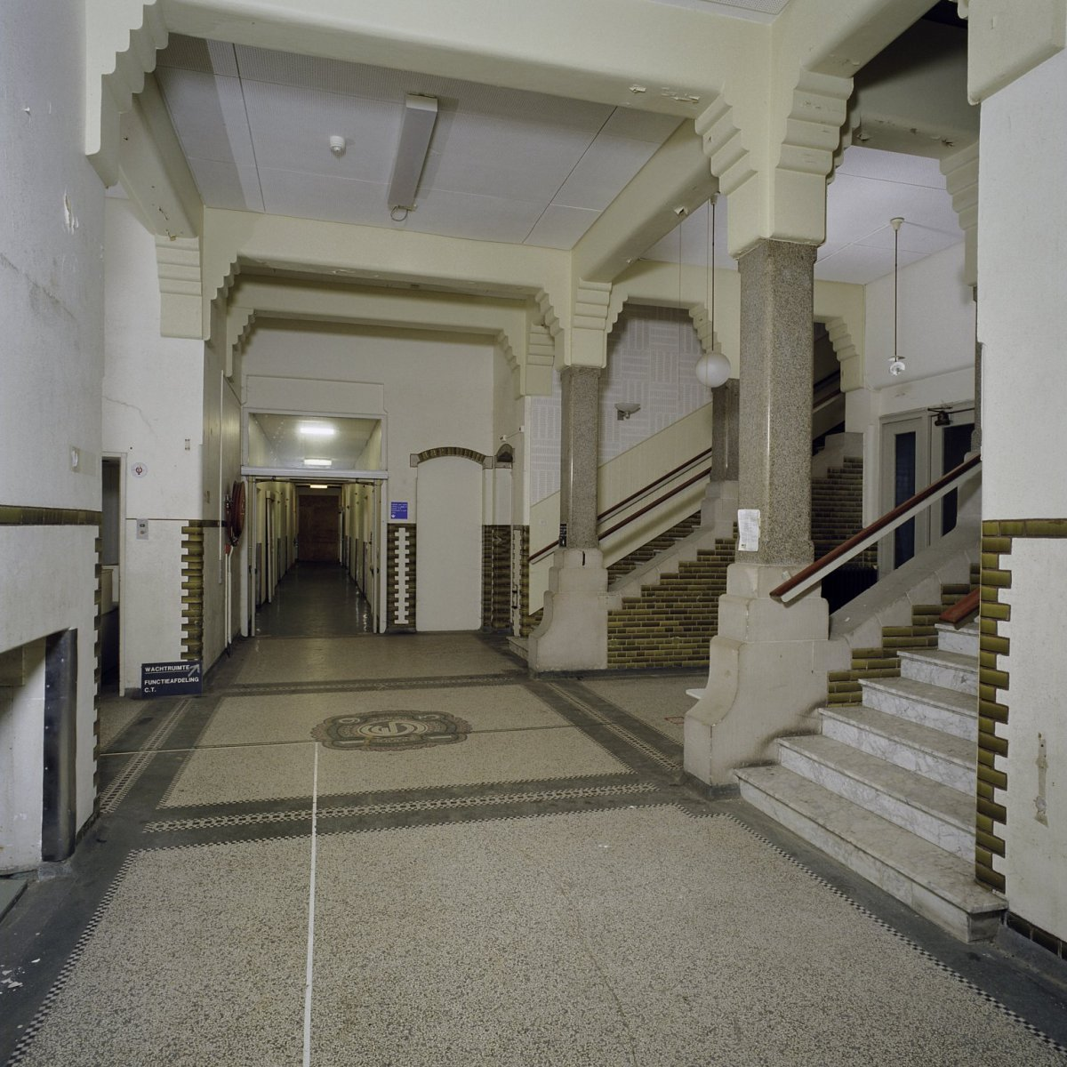 File interieur overzicht van de entree hal en hoofdtrap kampen 20420307 - Hal entreehal ...