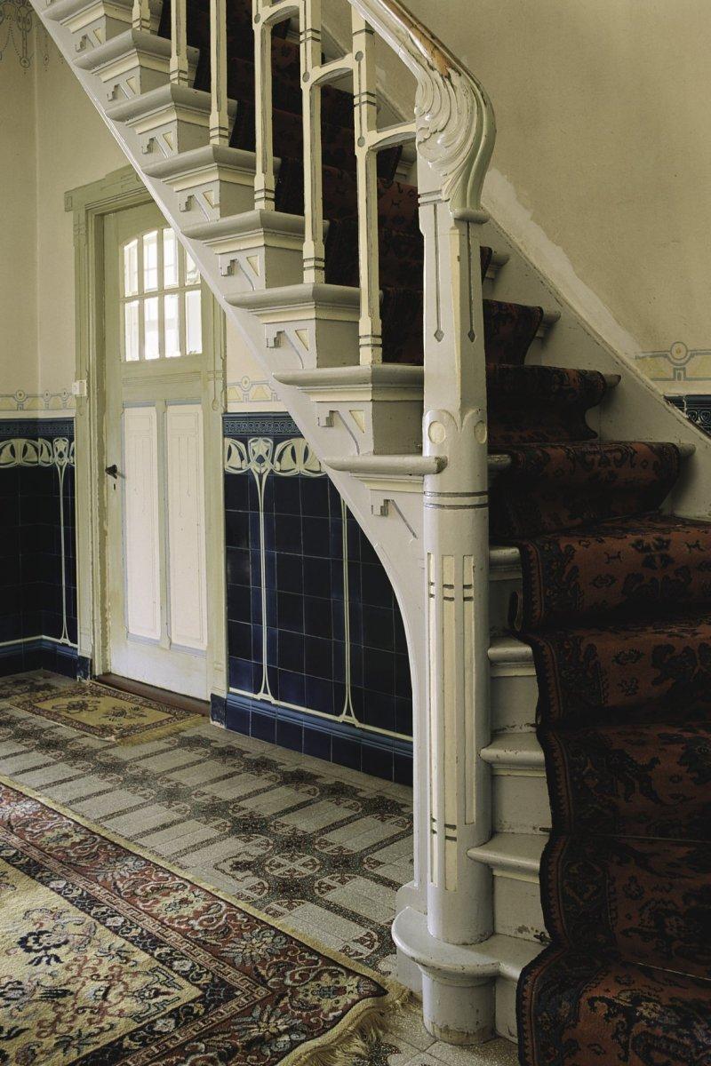 File interieur trappaal met acanthusmotief van de trap naar de eerste verdieping in de hal - Interieur trap ...