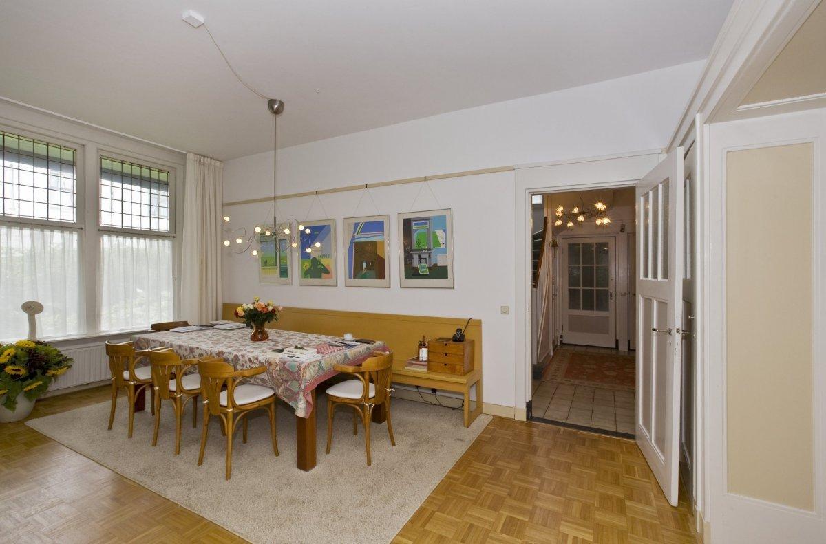 File:Interieur overzicht van de eetkamer met doorkijk naar de hal ...