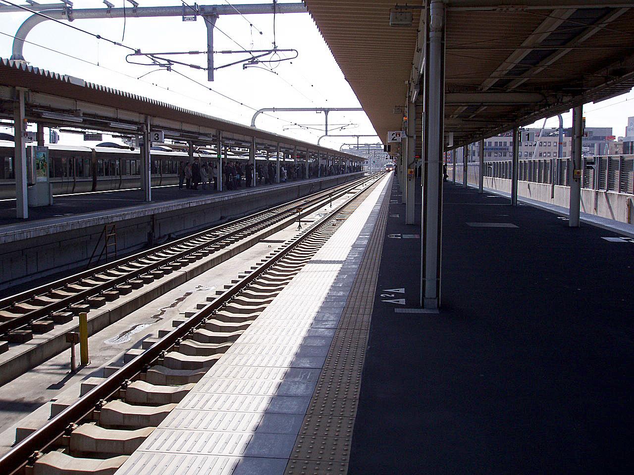 https://upload.wikimedia.org/wikipedia/commons/8/84/JRW-KakogawaStation-2A.jpg