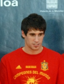 Español: Javi Martínez, durante la visita de l...