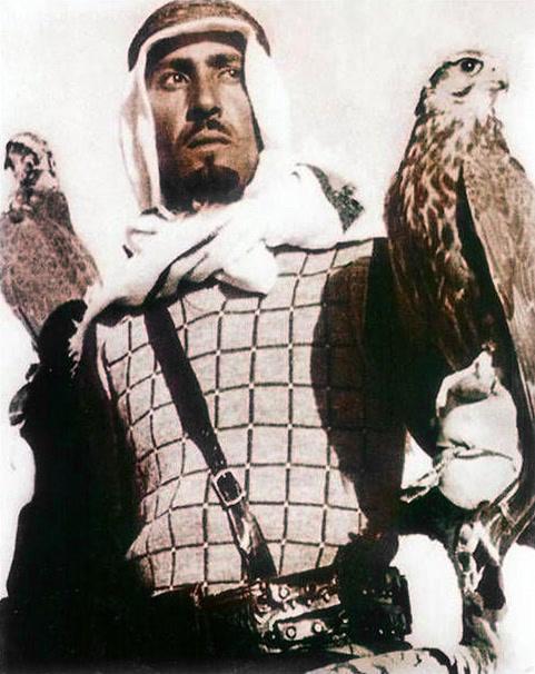 الملك عبد الله في شبابه يمارس هواية الصيد بالصقور