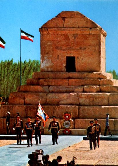 محمدرضاشاه پهلوی در حال ادای احترام به آرامگاه کوروش بزرگ در جریان برگزاری جشنهای ۲۵۰۰ سالهٔ شاهنشاهی ایران