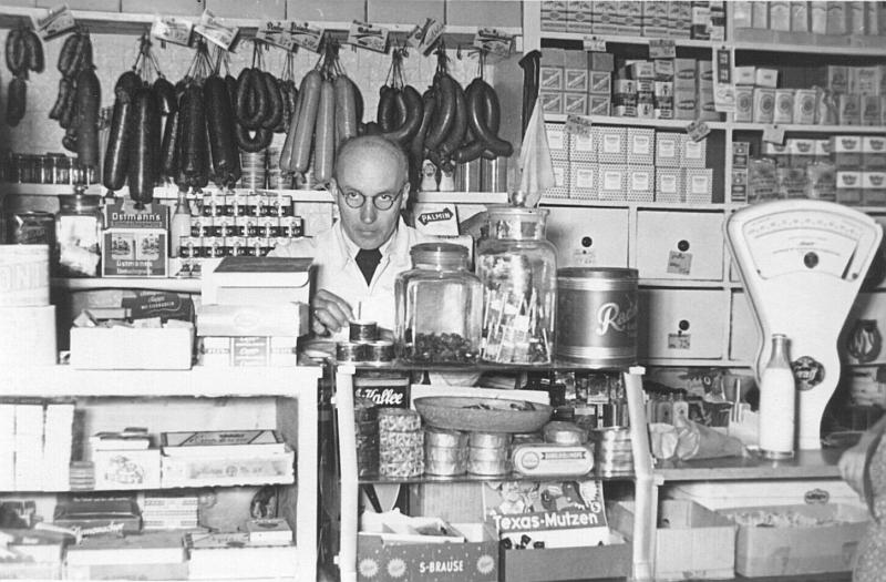 File:Lebensmitteleinzelhandel in den 1950er.jpg
