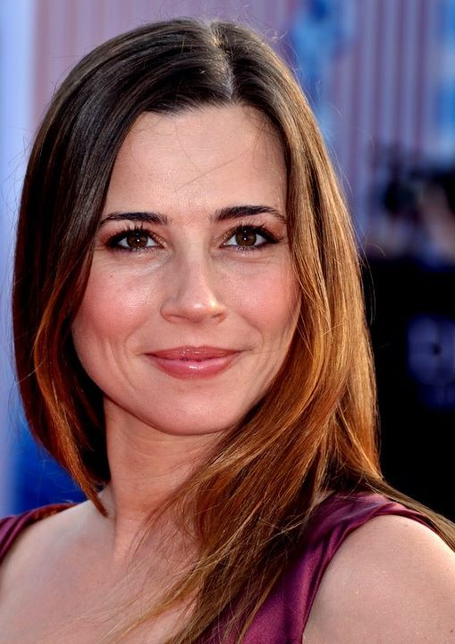 The 43-year old daughter of father Wayne David Cardellini and mother Lorraine Hernan Linda Cardellini in 2018 photo. Linda Cardellini earned a  million dollar salary - leaving the net worth at 2 million in 2018