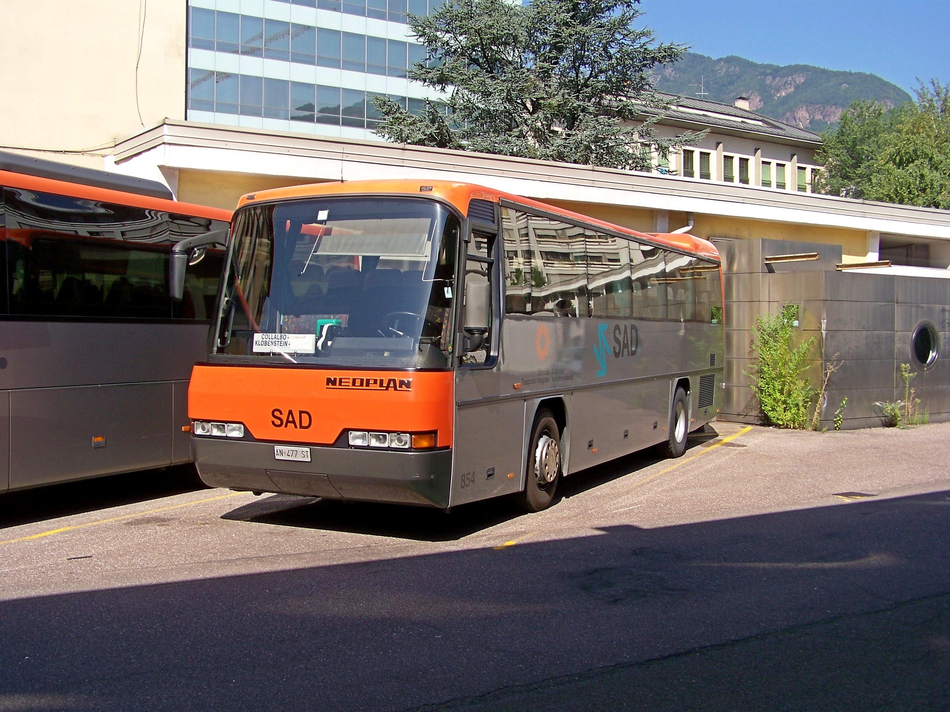 File:Neolplan N314K SAD 854 Bolzano autostazione 20110825.jpg
