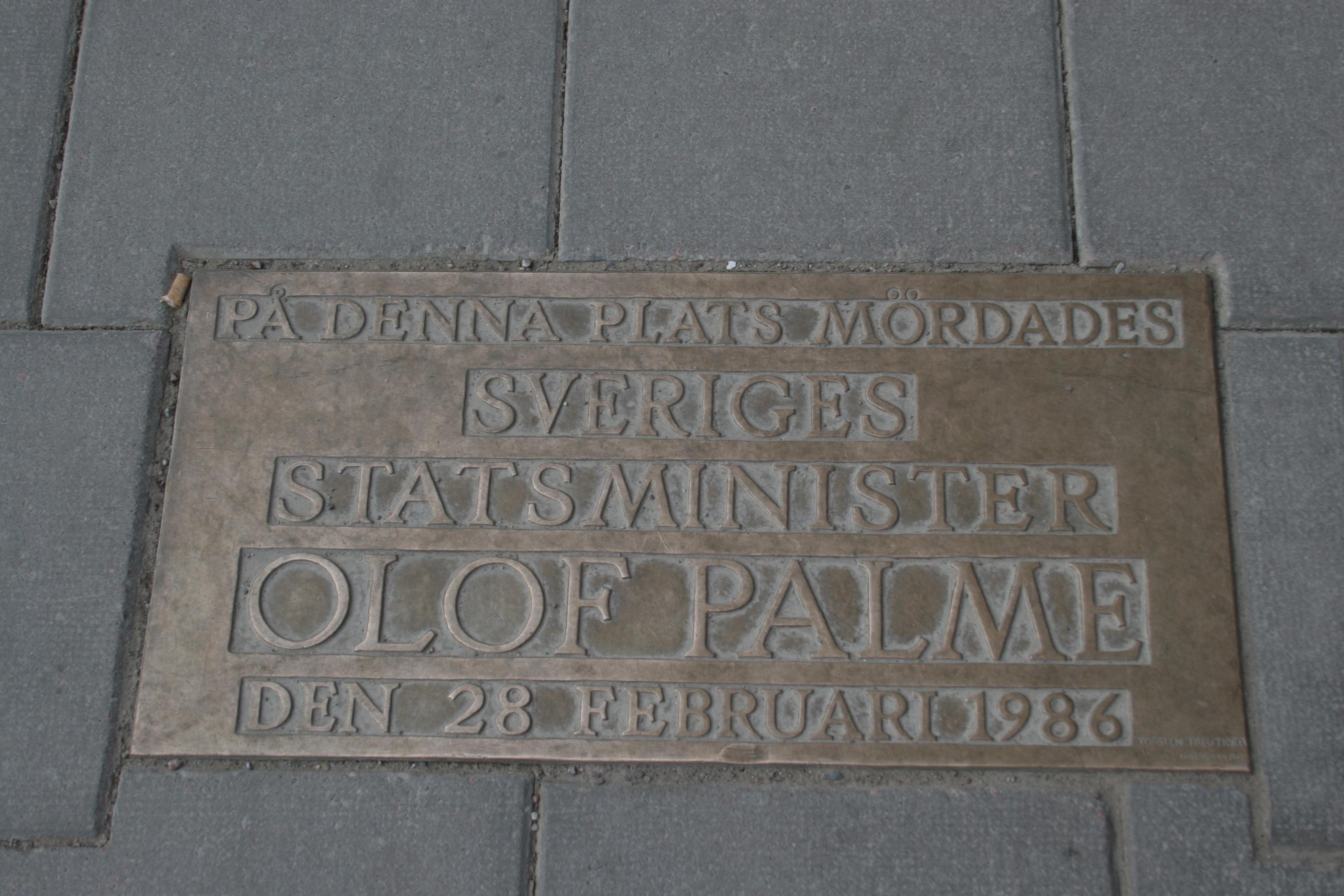 Den text som märker ut platsen där statsministern och partiledaren Olof Palme mördades. Göran Greider tycks anse att mordet fick socialdemokratin att tappa styrfart och resignera inför marknadsliberalismen.