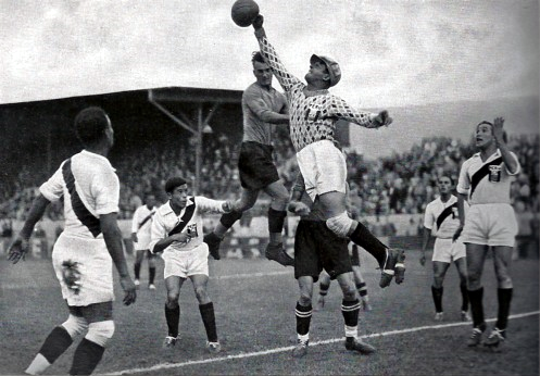 Peruvian goalkeeper Juan Valdivieso reaches out for the football during match between Austria and Peru. Peru v Austria 1936 Valdivieso.png