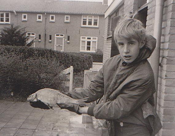 File:Peter van der Sluijs uit Spijkenisse toen hij ongeveer 12 jaar oud was met een brasem.jpg