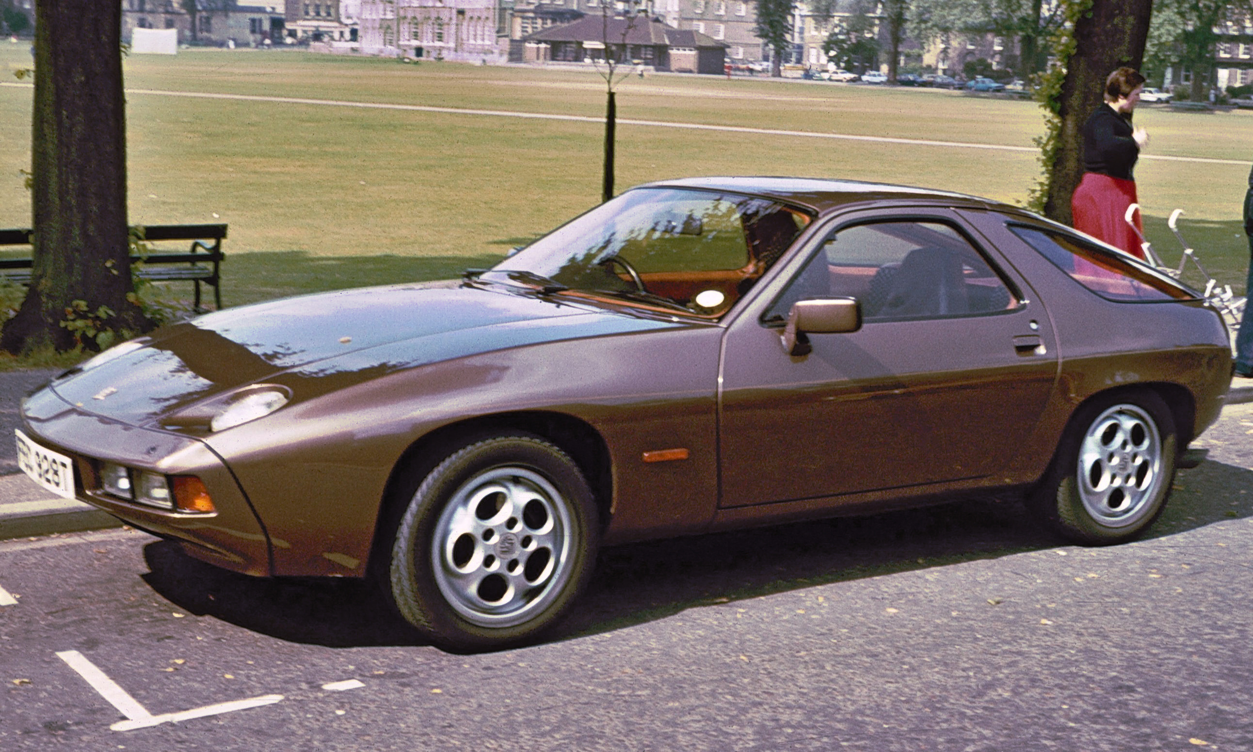 File Porsche 928 Parkers Piece Jpg Wikimedia Commons