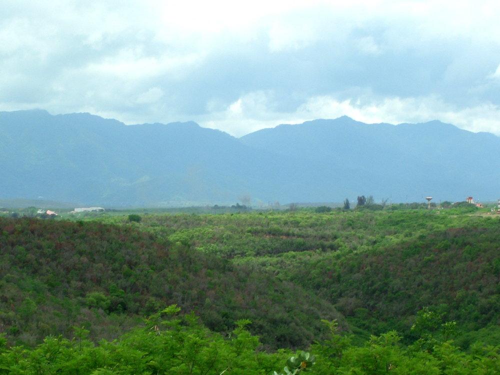 La Sierra Maestra vista desde el llano.