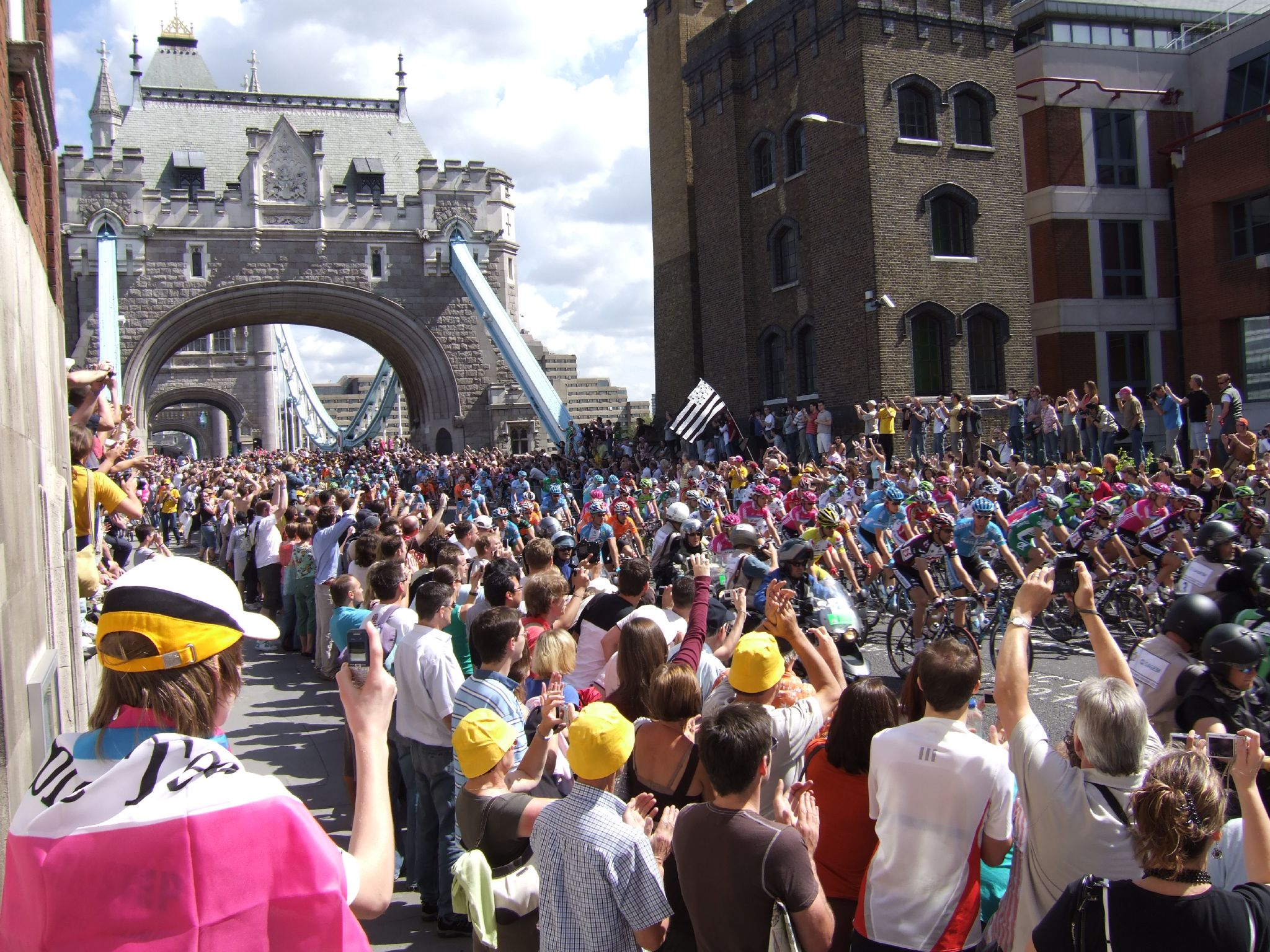 upload.wikimedia.org/wikipedia/commons/8/84/Tour_de_France_through_London_2007_Tower_Bridge.jpg