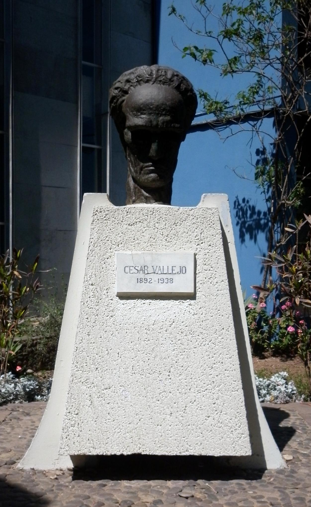Monumento a César Vallejo en el exterior de la Facultad de Letras y Ciencias Humanas de la Universidad Nacional Mayor de San Marcos.