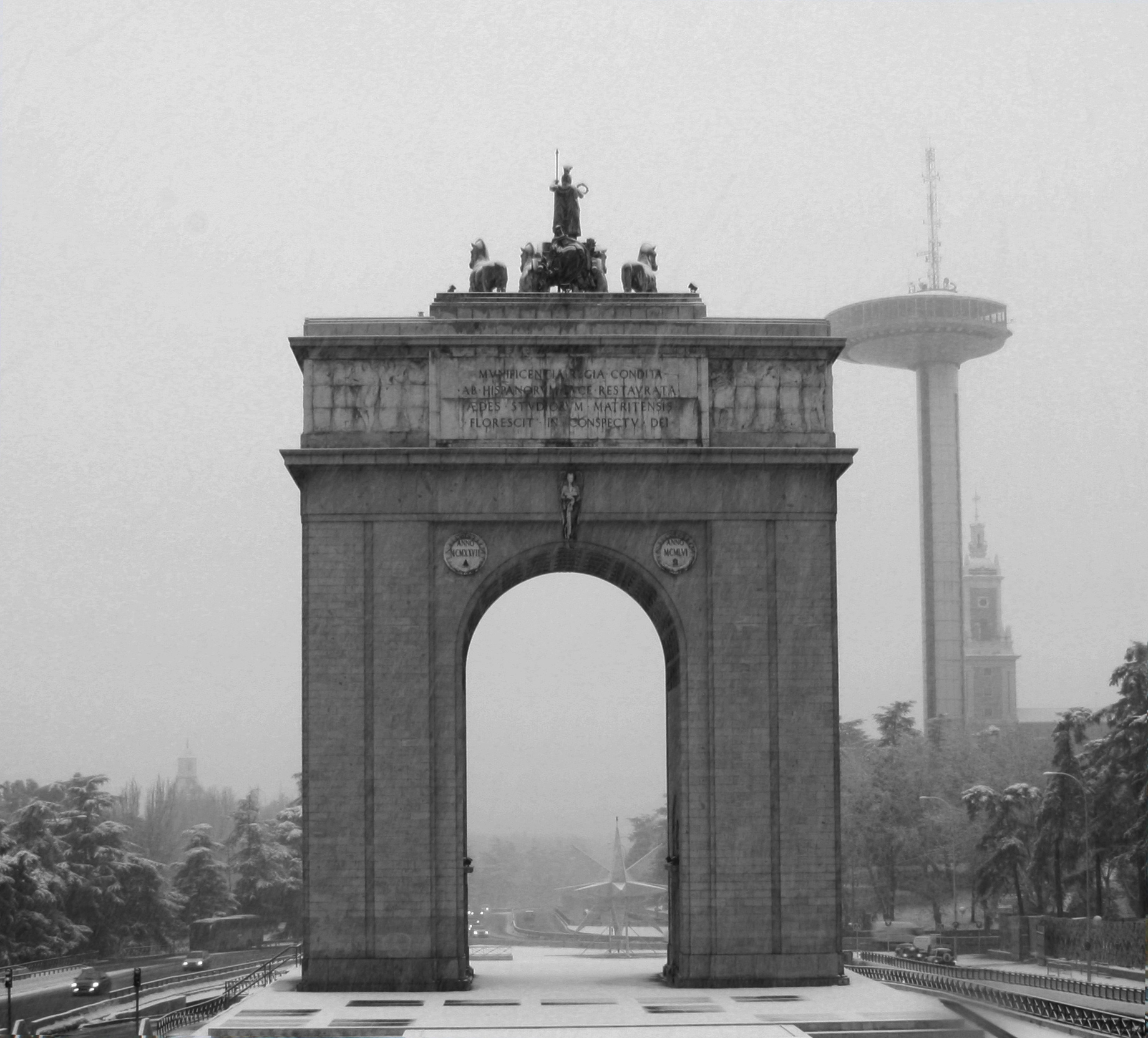 Puerta de moncloa and the moncloa tower in the snow for Puerta la victoria