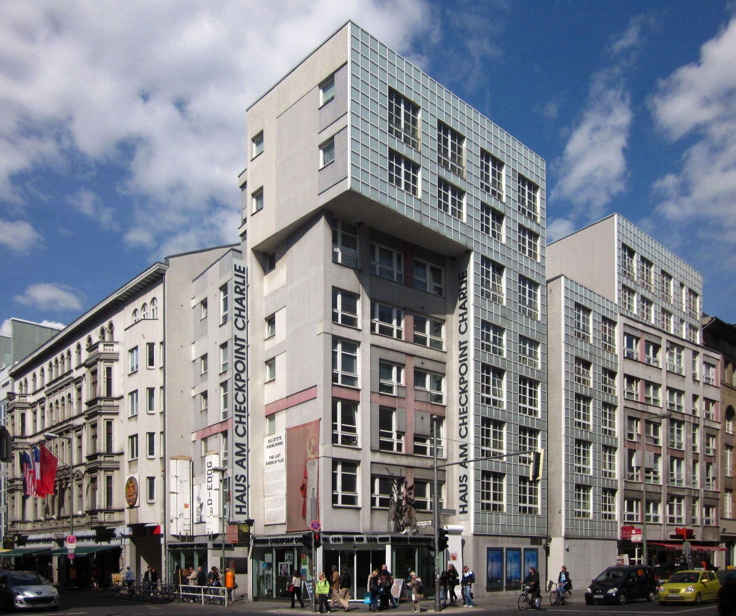 file berlin kreuzberg friedrichstrasse 43 44 haus am checkpoint wikimedia commons. Black Bedroom Furniture Sets. Home Design Ideas