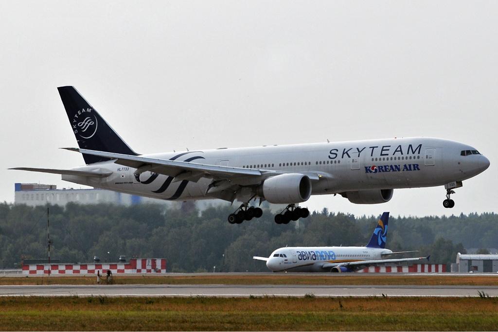 аэропорту Шереметьево Date 1 August 2010 Source http://www.airliners.net/photo/SkyTeam-(Korean-Air)/Boeing-777-2B5-ER/1760995/L/ Author Dmitry Petrov