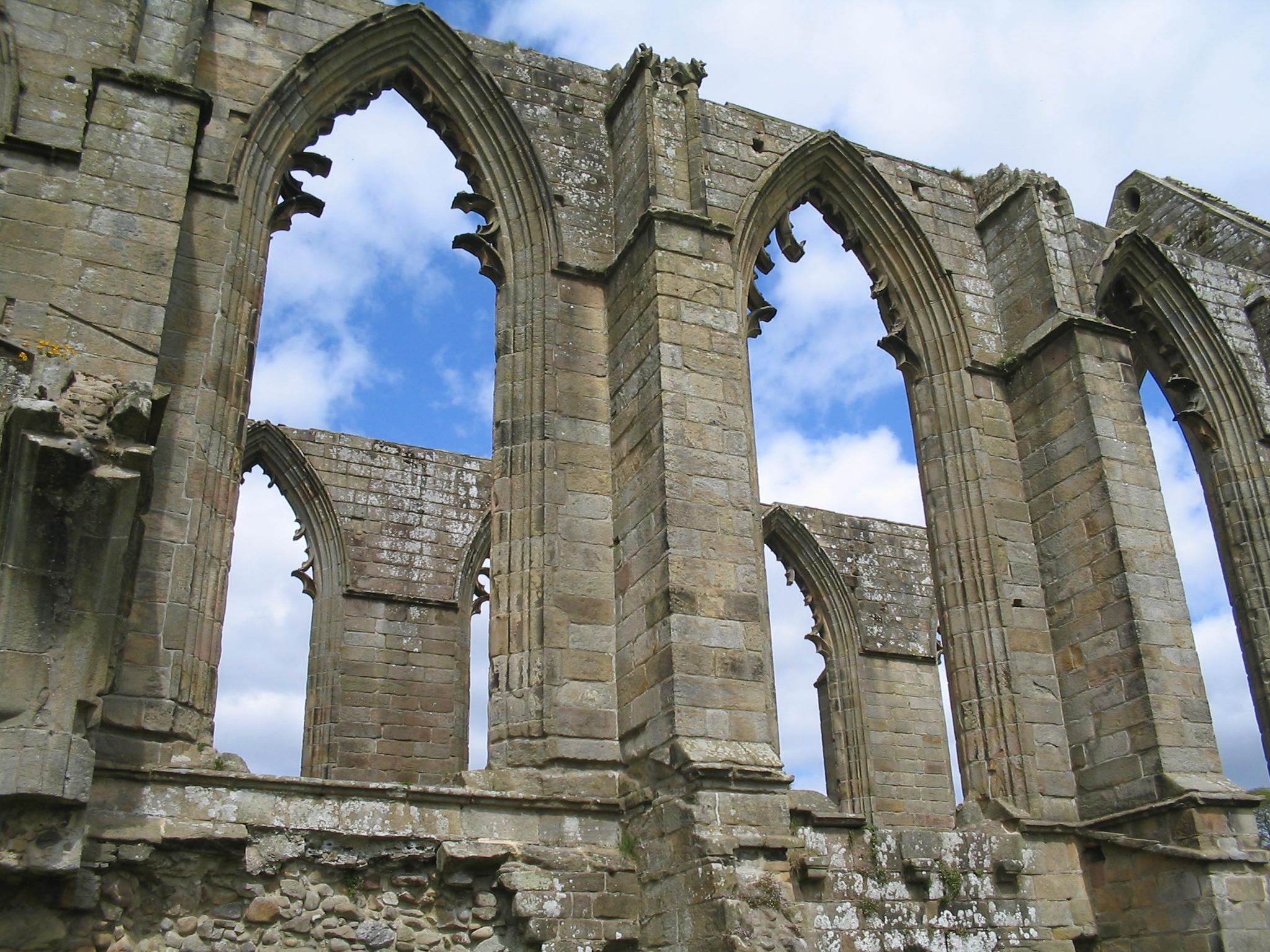 Arcos ojivales en las ruinas de la abadía de Bolton (siglo XII), North Yorkshire, Inglaterra