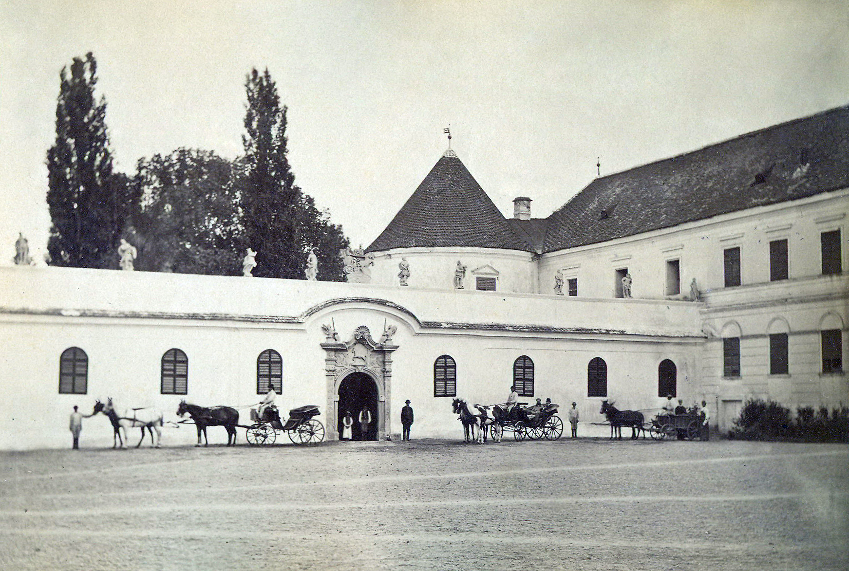 http://upload.wikimedia.org/wikipedia/commons/8/85/Bontida_Castle_in_1890-4.jpg