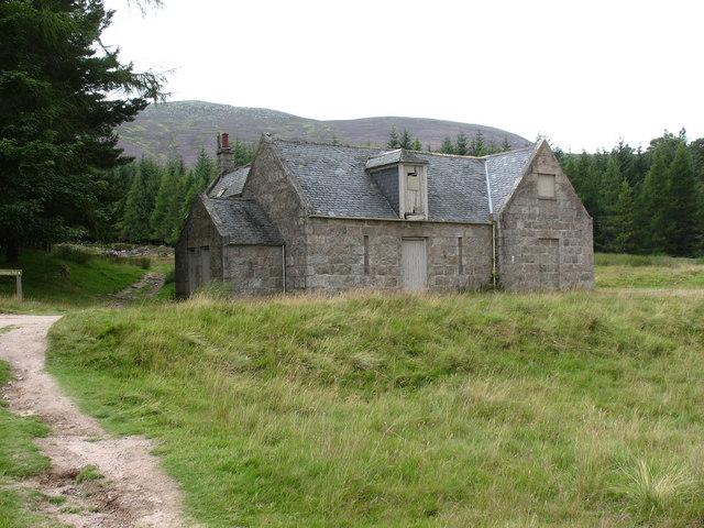 Bothy at Allt na guibhsaich - geograph.org.uk - 916451