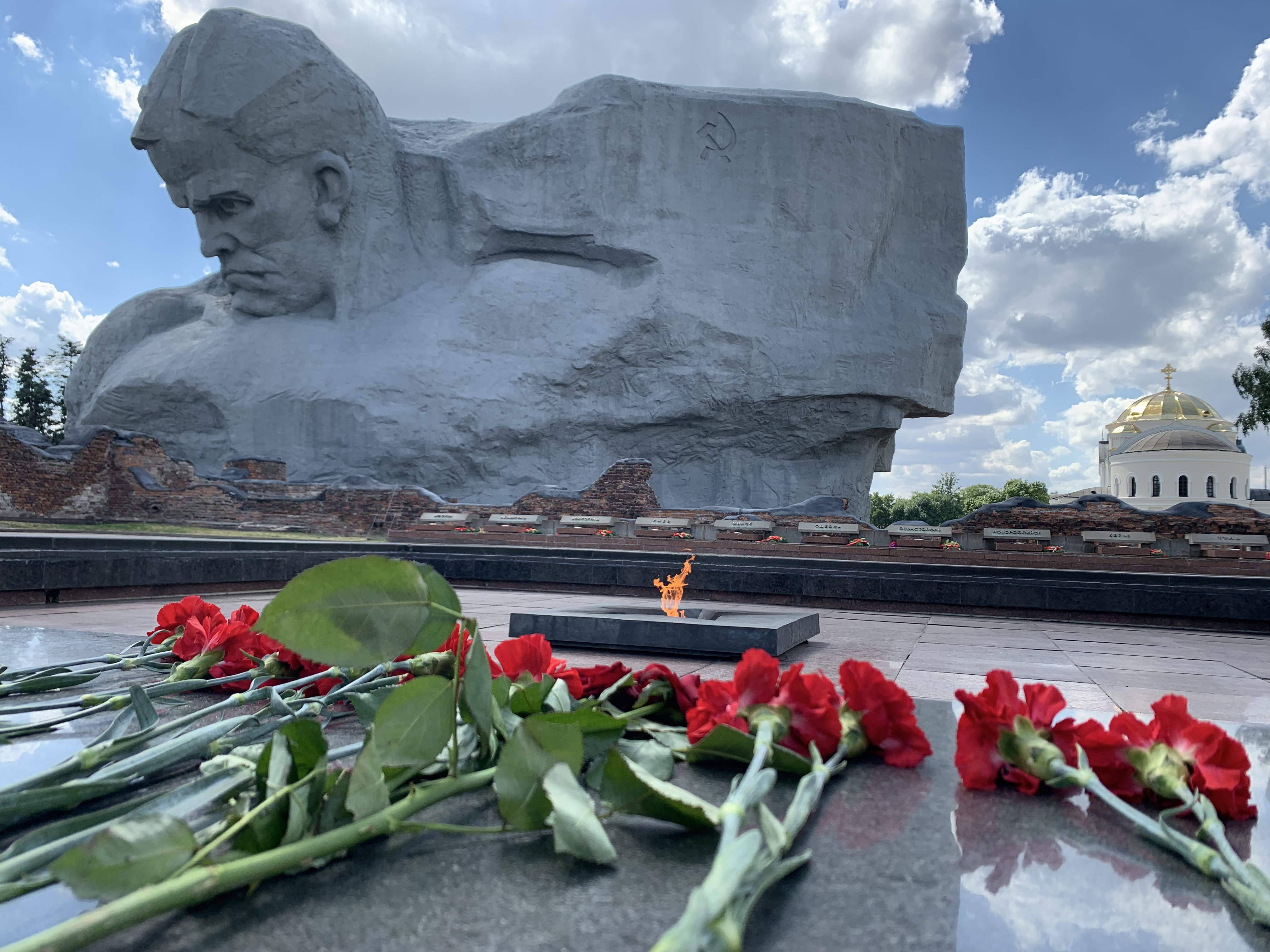 https://upload.wikimedia.org/wikipedia/commons/8/85/Courage_Monument_in_Brest%2C_Belarus.jpg