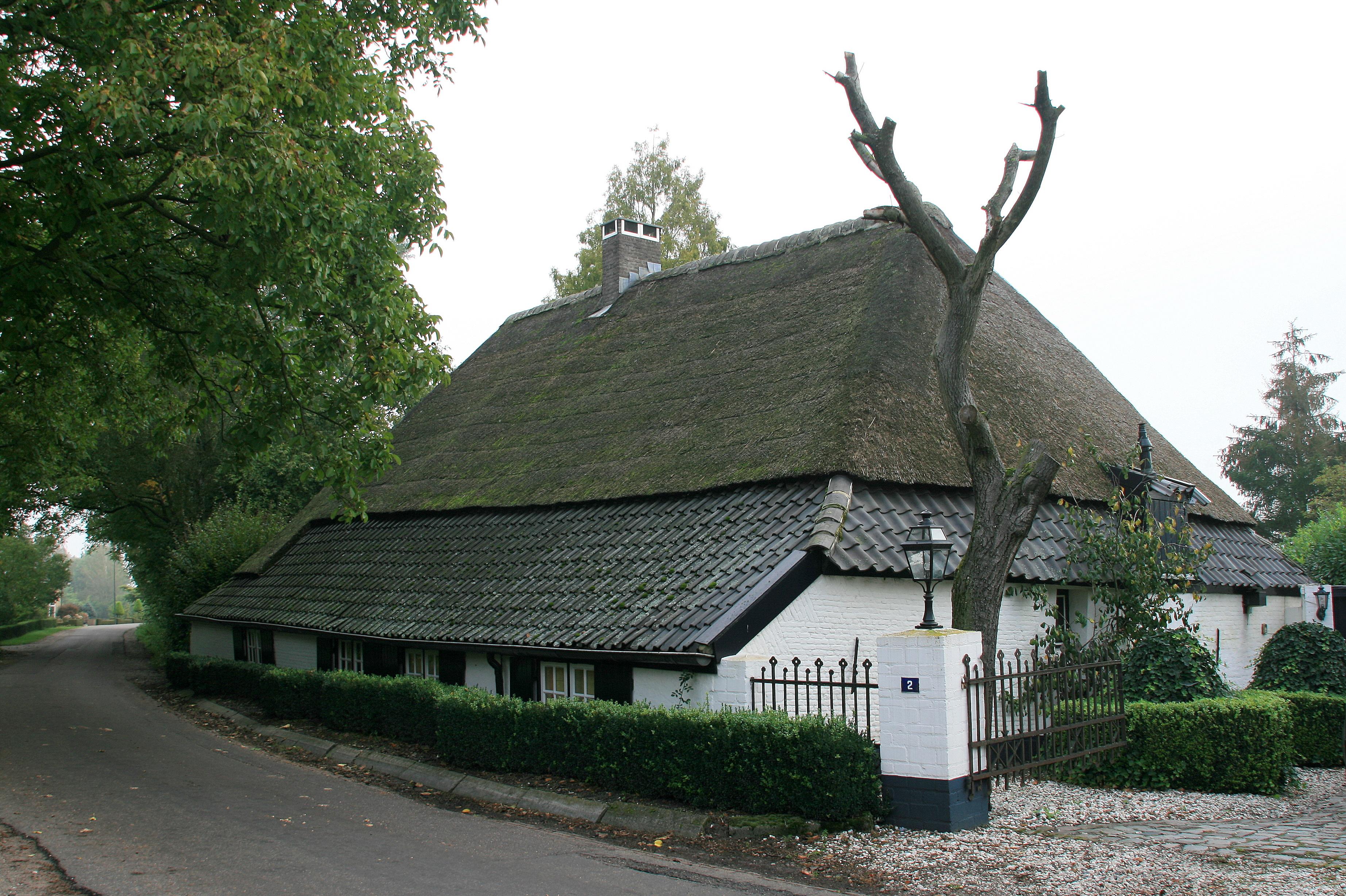 Witgeschilderde boerderij met oorspronkelijk centraal in het middendeel gelegen potstal en met - Centraal geschorste schoorsteen ...