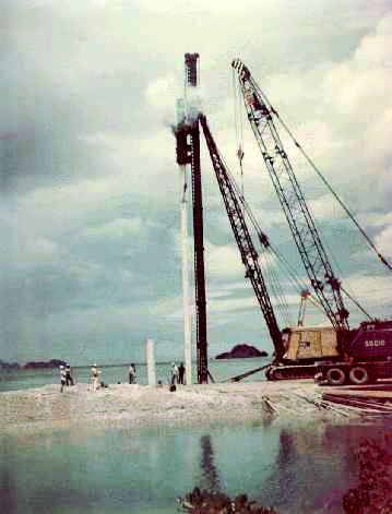 ファイル:Driving pile for former K-B Bridge.jpg