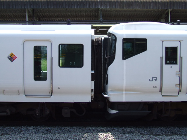 https://upload.wikimedia.org/wikipedia/commons/8/85/E257_Coupling_of_JR_East.JPG