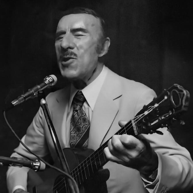 Edmundo Rivero interpretando en vivo con su guitarra