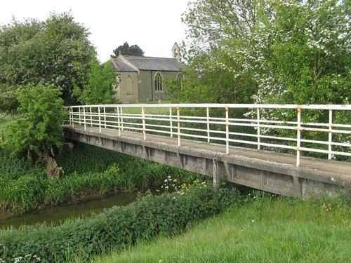 Footbridge over disused Horncastle canal - geograph.org.uk - 820675