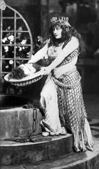 Olive Fremstad tenant la tête de Jean le Baptiste dans la production du Met de Salomé en 1907