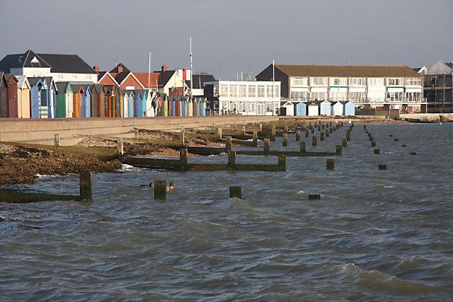 File:Groynes and beach huts, Brightlingsea - geograph.org.uk - 1141593.jpg