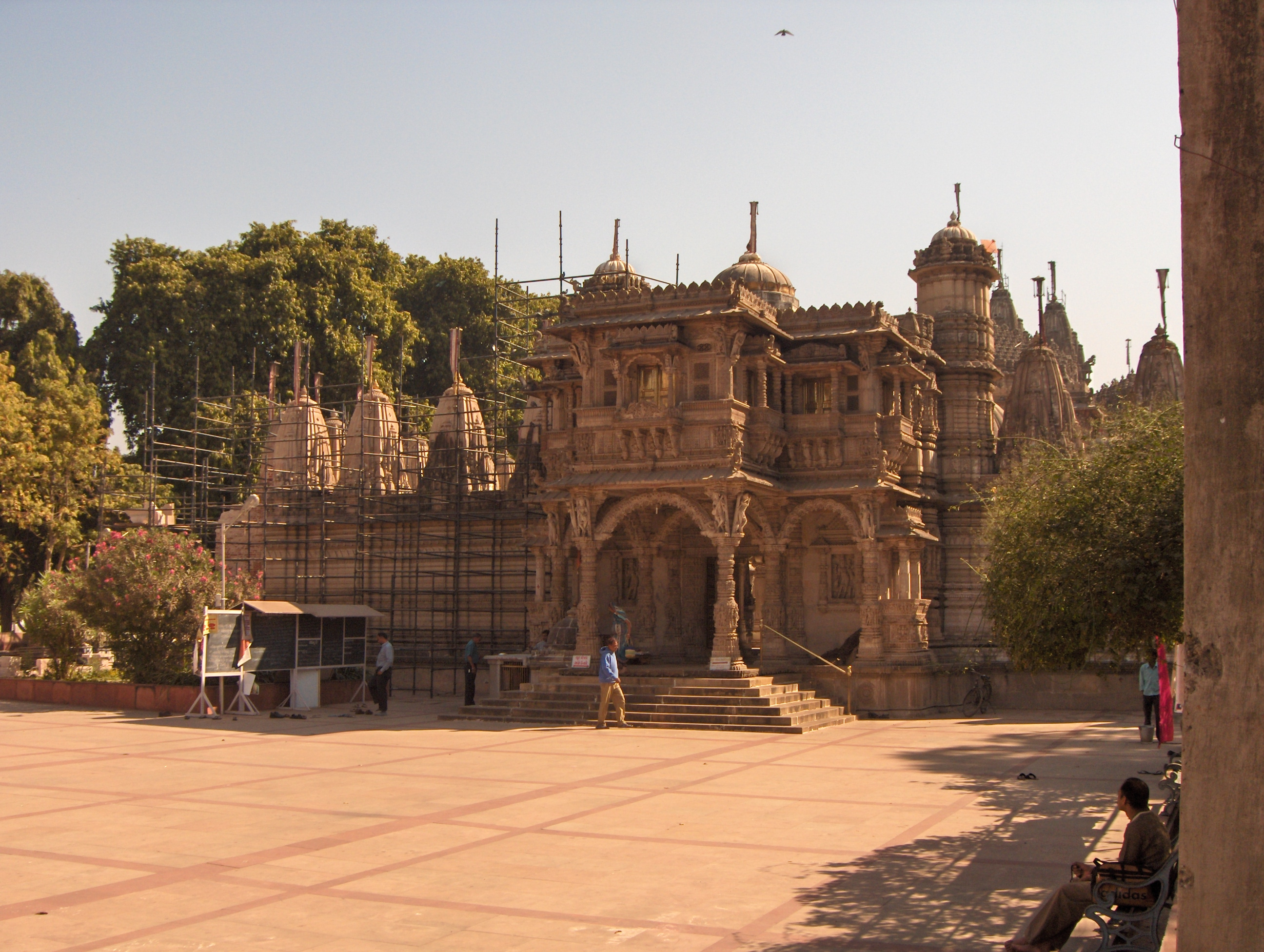 http://upload.wikimedia.org/wikipedia/commons/8/85/Hathee-Singh-Jain-Temple-Ahmedabad.jpg