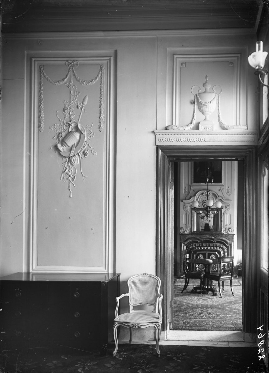 File:Interieur, wanden met stucdecoraties, diverse meubelstukken ...