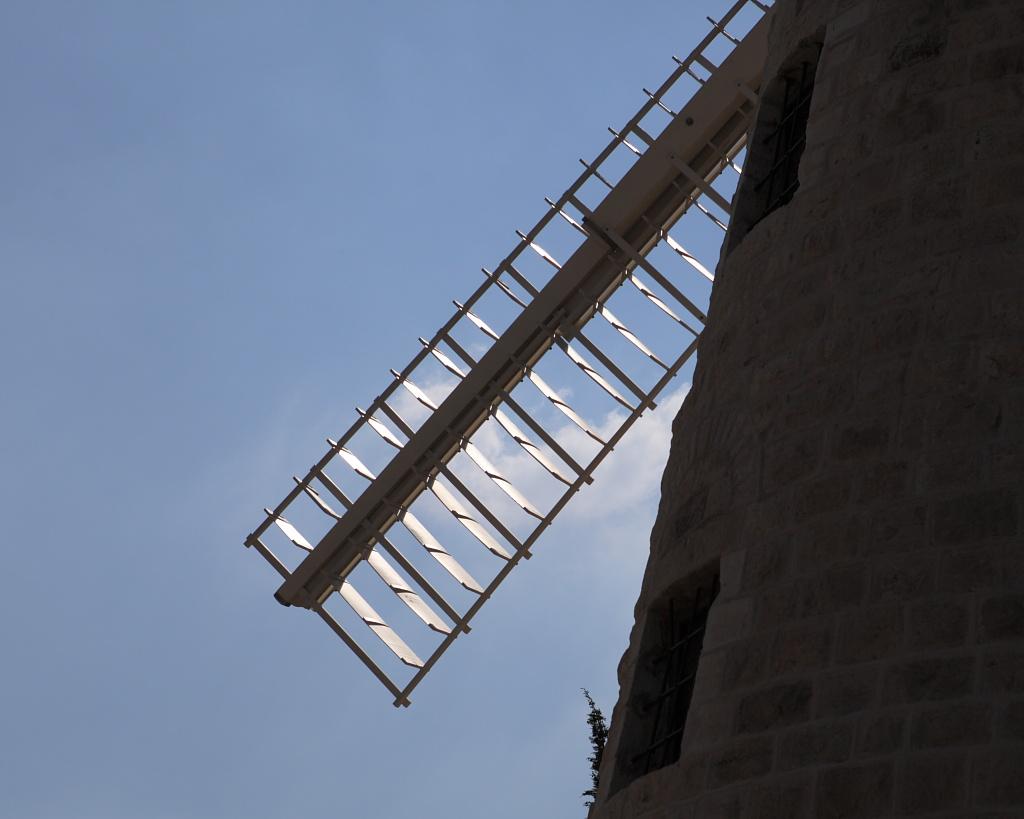 Jerusalem Windmill Montefiore after Renovation (7796945066).jpg טחנת הרוח של משה מונטיפיורי בימין משה בירושלים- אחרי שיפוץ Jerusalem Date