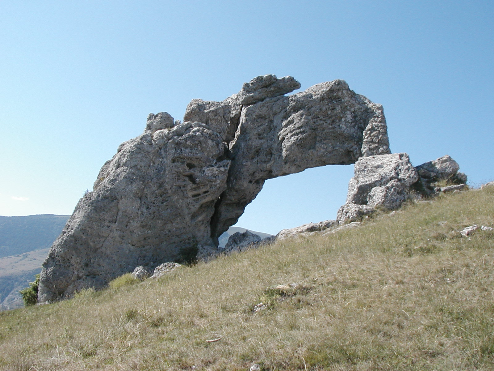 Les Croquis de Mélos (nature) La_Pierre_Perc%C3%A9e_(Dauphin%C3%A9)