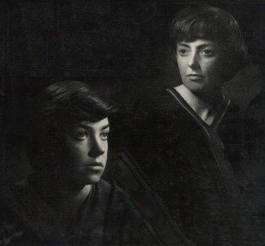 María Elena Walsh (izq) y Leda Valladares (der), en la tapa del álbum Entre valles y quebradas vol 1 (1957), del dúo Leda y María.