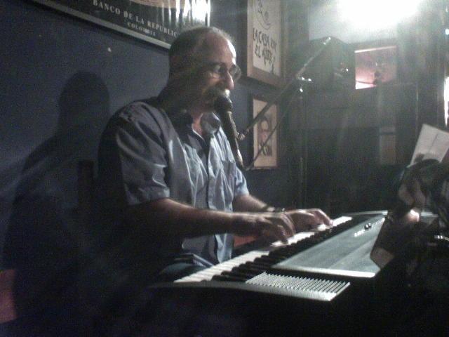 Leo Maslíah tocando en La Casa en el Aire (en Santiago de Chile), 31 de enero de 2008.