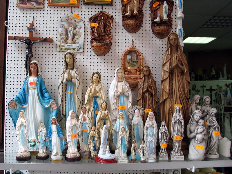 File:Lourdes bondieuseries 1.jpg