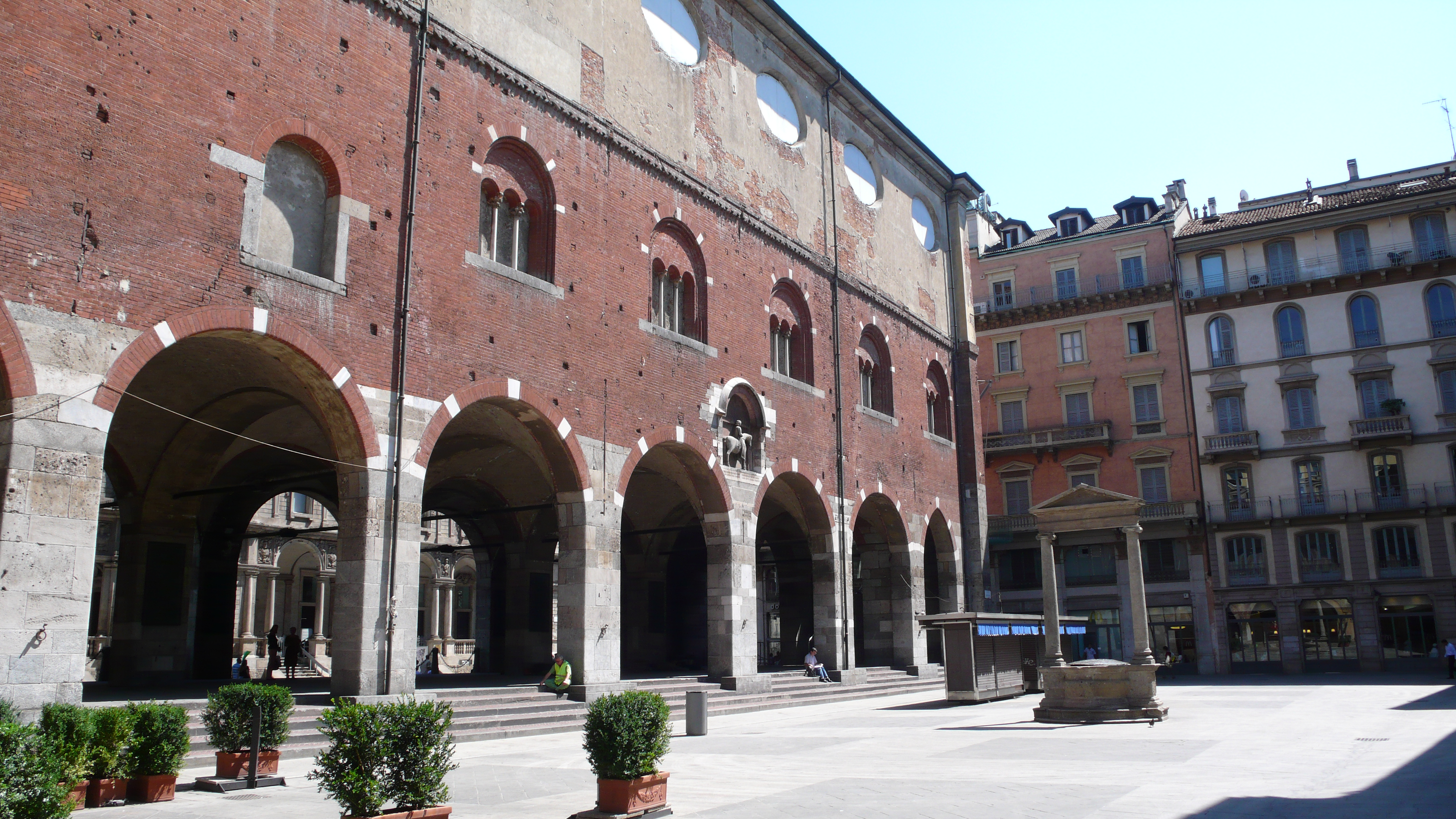 Imagini pentru Piazza Mercanti Milano wikipedia