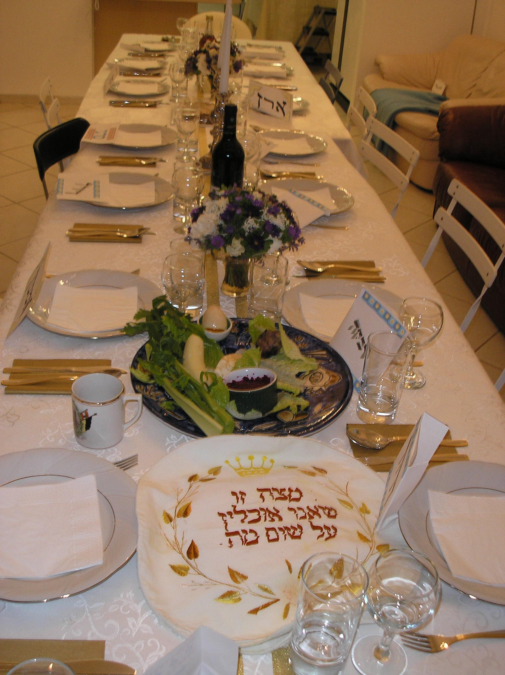 File Pikiwiki Israel 3137 Passover Seder Table Jpg Wikimedia Commons