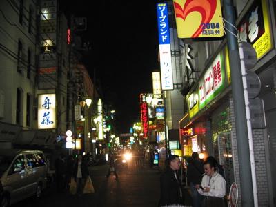 新宿の路地と通りは、人気のモダンな東京ヤクザのたまり場です。