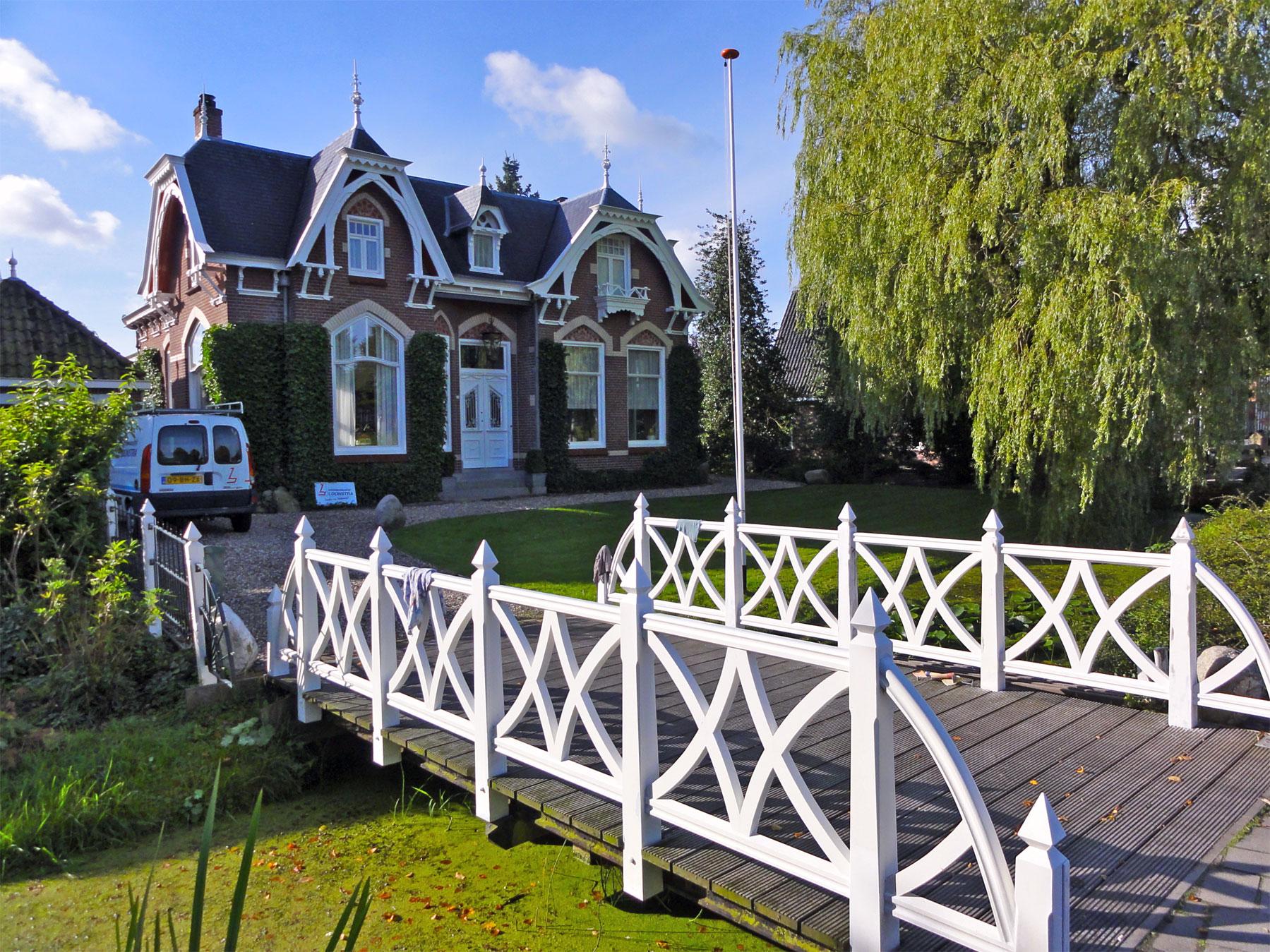 Woonhuis in overgangsarchitectuur met hek en brugbalustrade in ...