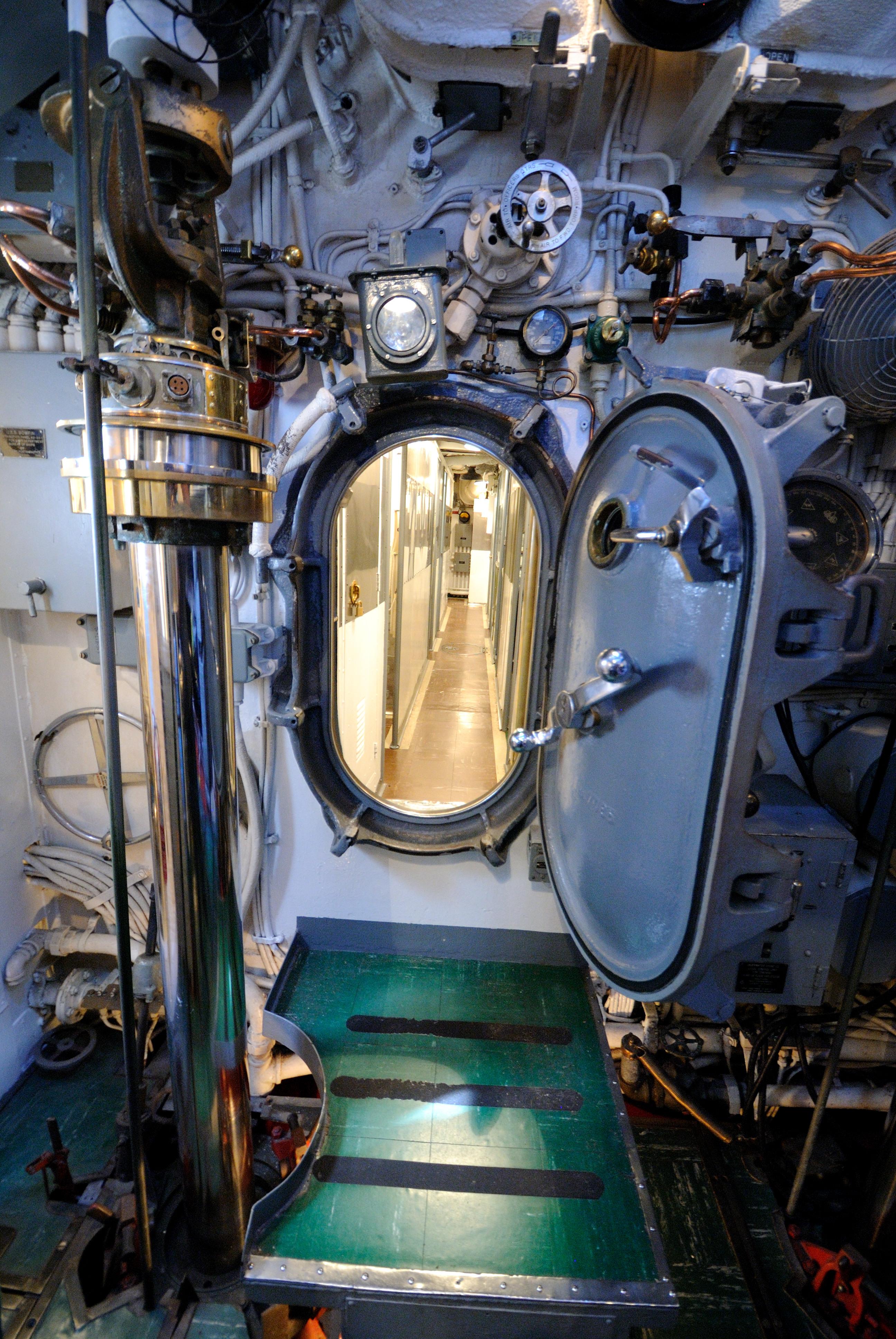 FileUSS Bowfin - Hatch Door (8326477479).jpg & File:USS Bowfin - Hatch Door (8326477479).jpg - Wikimedia Commons
