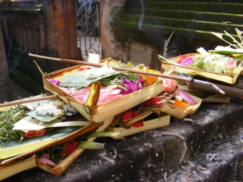 File:Ubud, a morning offering to the deities.jpg