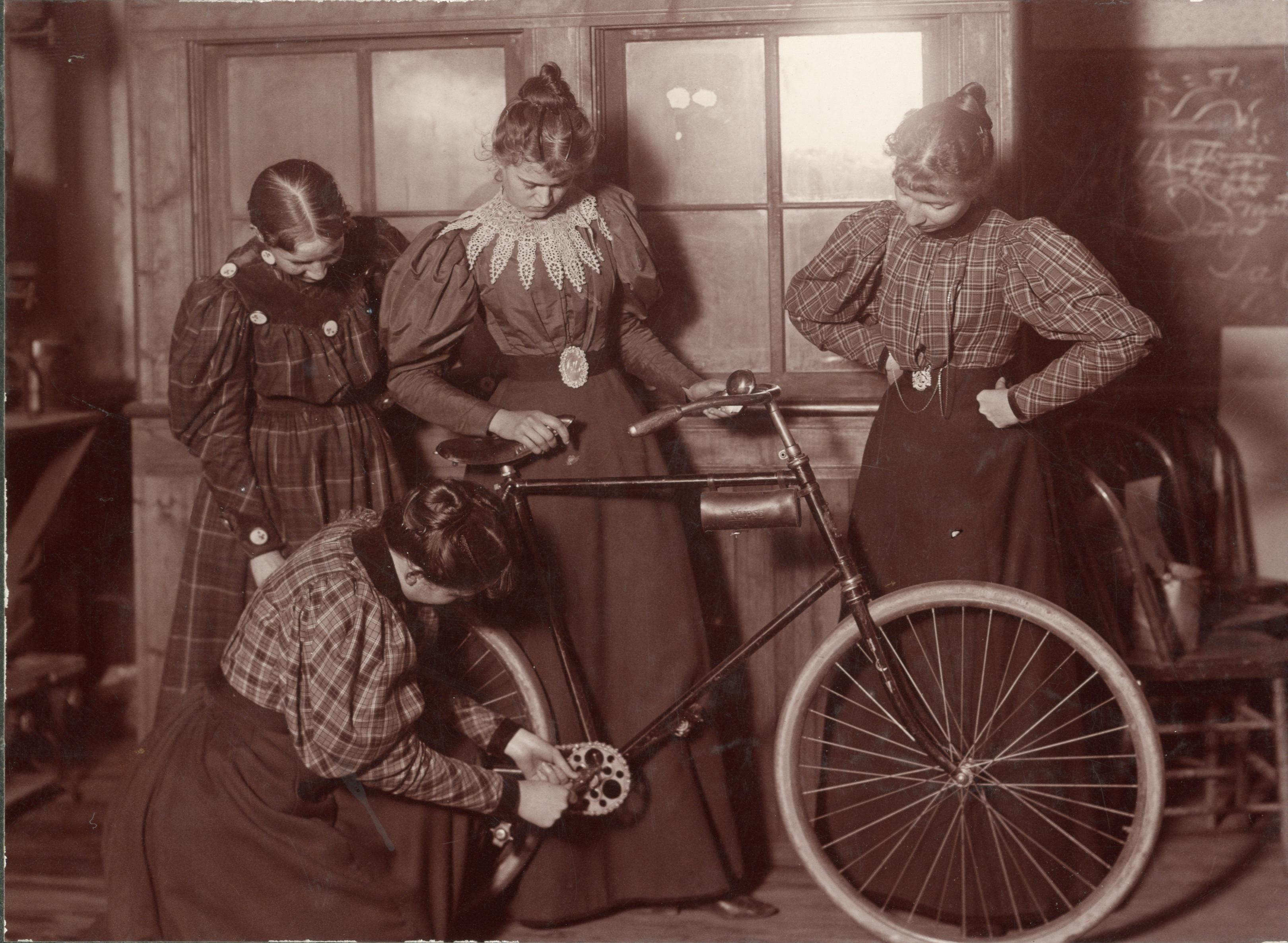 Femmes réparant un vélo, c. 1895