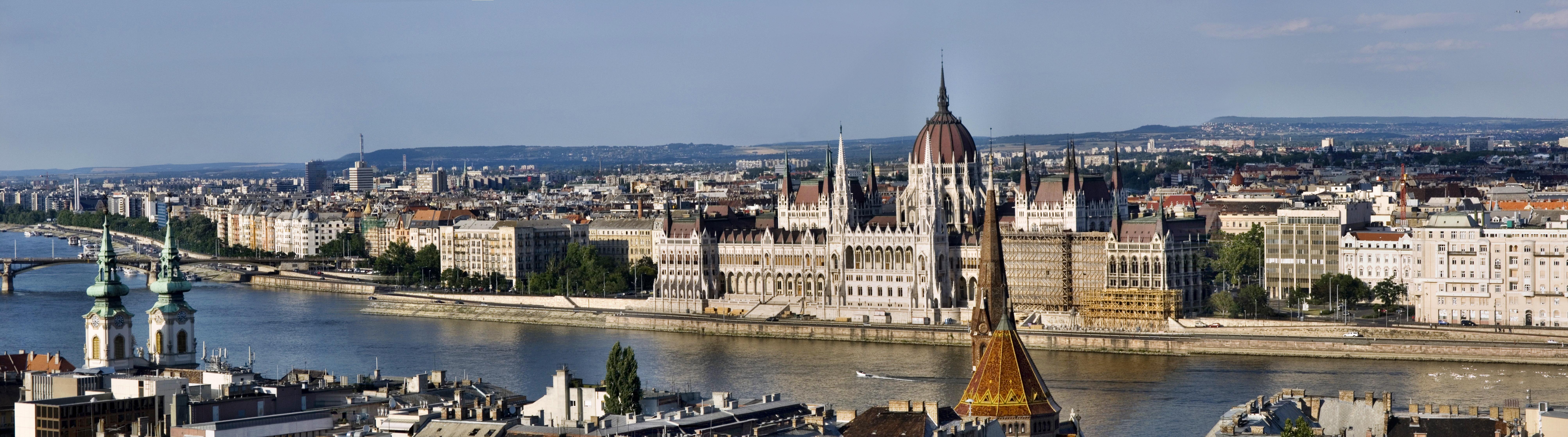 Вид на Пешт и парламент с Рыбацкого бастиона