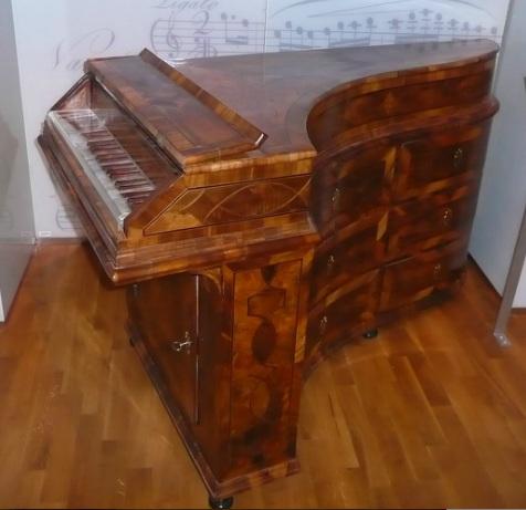 Anonymous_harpsichord_in_Prag.jpg