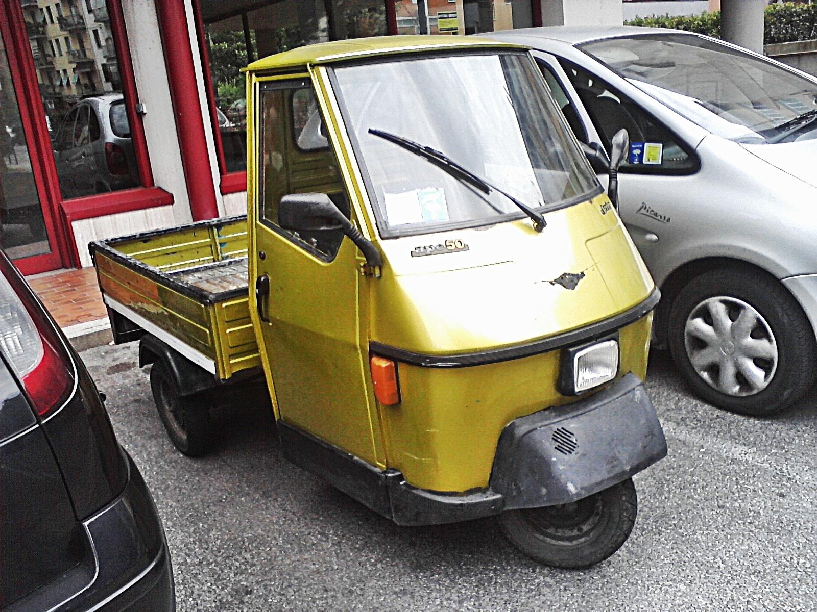File:Ape cars in Prato.jpg - Wikimedia Commons